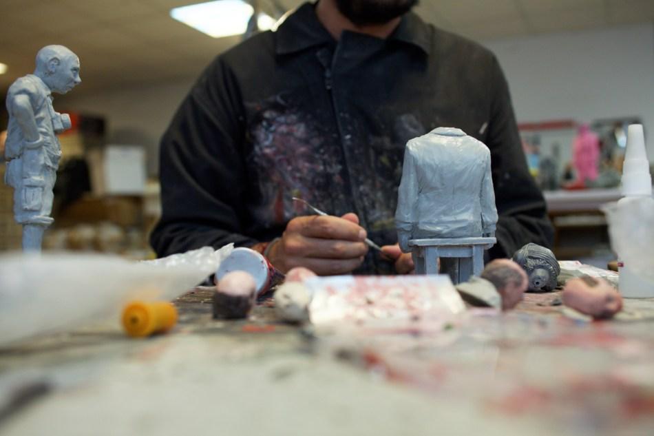 Isaac Cordal dans son atelier_© Luka Merlet