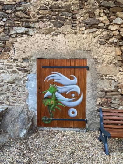 Codex Urbanus et Dark's Snoopy porte du petit jardin en haut de la rue de Clastre, intervention dans le cadre du festival Grimaud Art Urbain à Grimaud ©Codex Urbanus