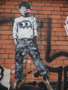 LET hat einen Jungen auf die Mauer gemalt. Auf der Brust trägt der Junge das Zeichen von Pdot