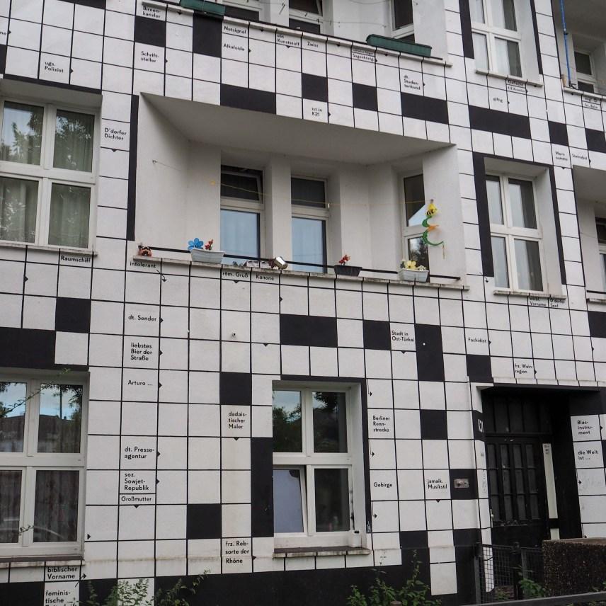 Thomas Golenia und Yasin Cirak haben ein Kreuzworträtsel auf das ganze Hause gemalt