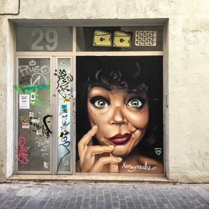 ein Frauenportrait von Xema Gonzales auf einem Geschäft
