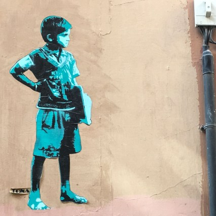 das Stencil von Tona zeigt einen Schuljungen