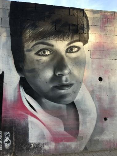 ein Frauenportrait von Xolaka gesprüht