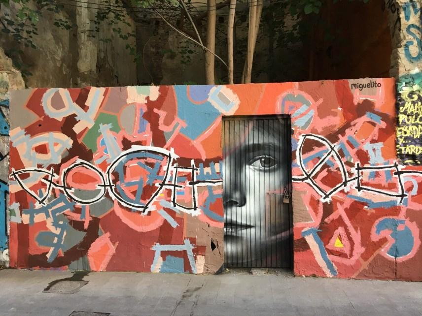 Xolaka & Miguelito haben ein halbes Portrait und ungegenständliche Formen auf die Mauer gemalt