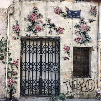 die Hauswand wurde von Arquicostura mit Kreuzstich und Rosen bestickt