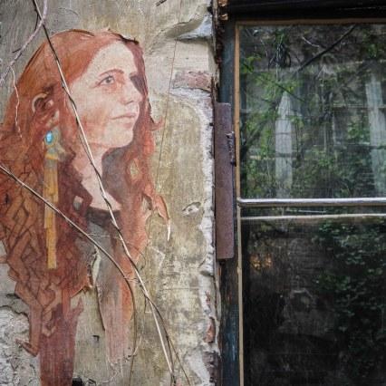 El Coyote hat eine Frau mit roten Haaren neben ein Fenster gemalt