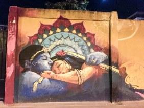 Mural von El Niño de las Pinturas zeigt bei Nacht ein Motiv eines schlafenden Pärchens aus Tausend und einer Nacht