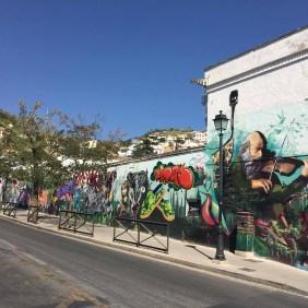 lange Wand mit Murals u.a. von El Niño de las Pinturas, ein Geiger ist zu sehen