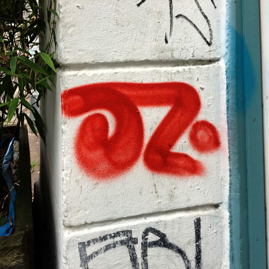 der Namenszug OZ wurde in Rot auf einen Hauseingang gesprüht