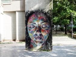 ein großer Frauenkopf von David Walker an einer Säule