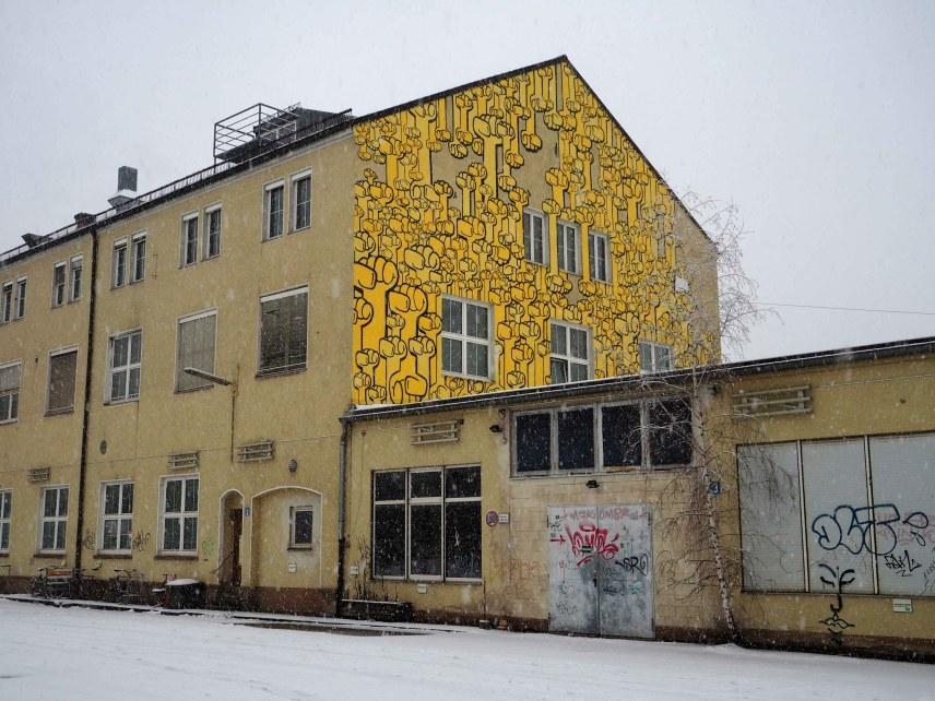 """Das Mural von Kripoe zeigt lauter gelbe Fäuste die Für """"Hände hoch für Waffenkontrolle"""" stehen"""
