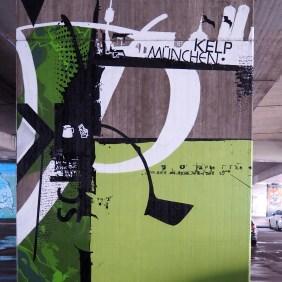 Brückenpfeiler mit grün-weißer Bemalung und Beschriftung von Kelp