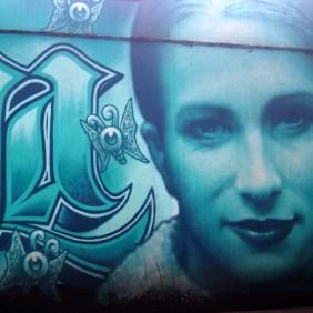 """""""Rest in Peace Tanja Mai"""" heißt das Mural in türkisblau das ein Portrait von Tanja zeig"""