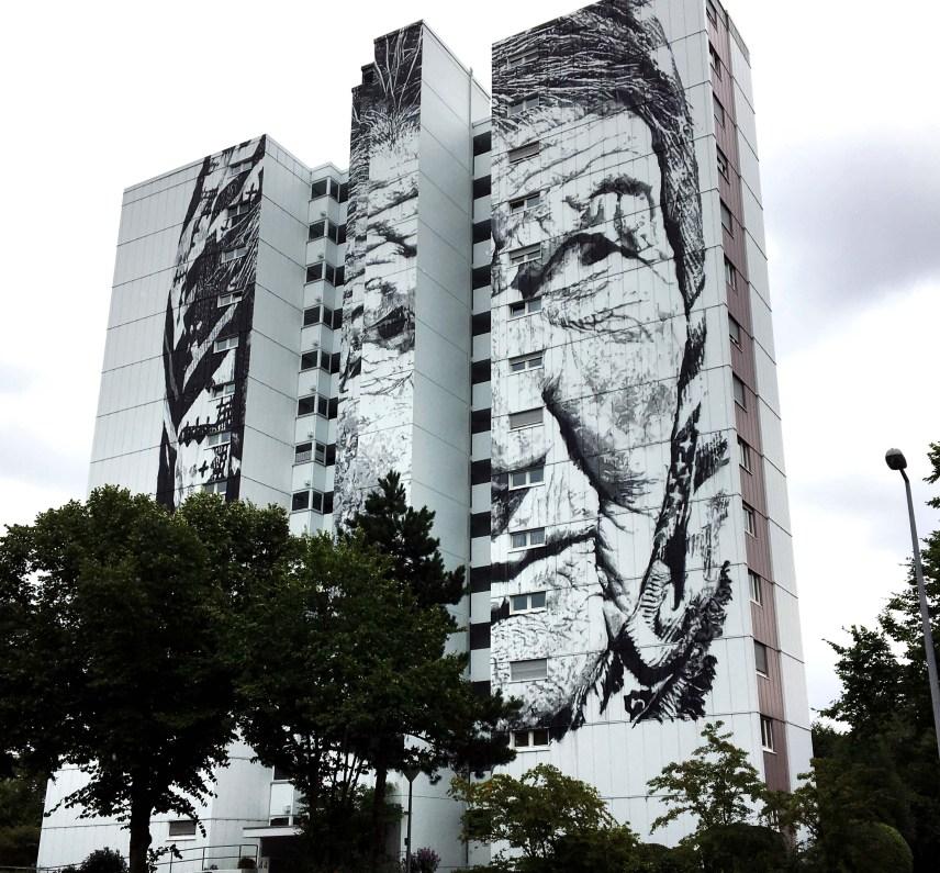 """Mural auf 13 geschossigem Hochhaus auf drei Türmen von ECB zeigt eine Frau aus Sibirien namens """"Véra"""""""
