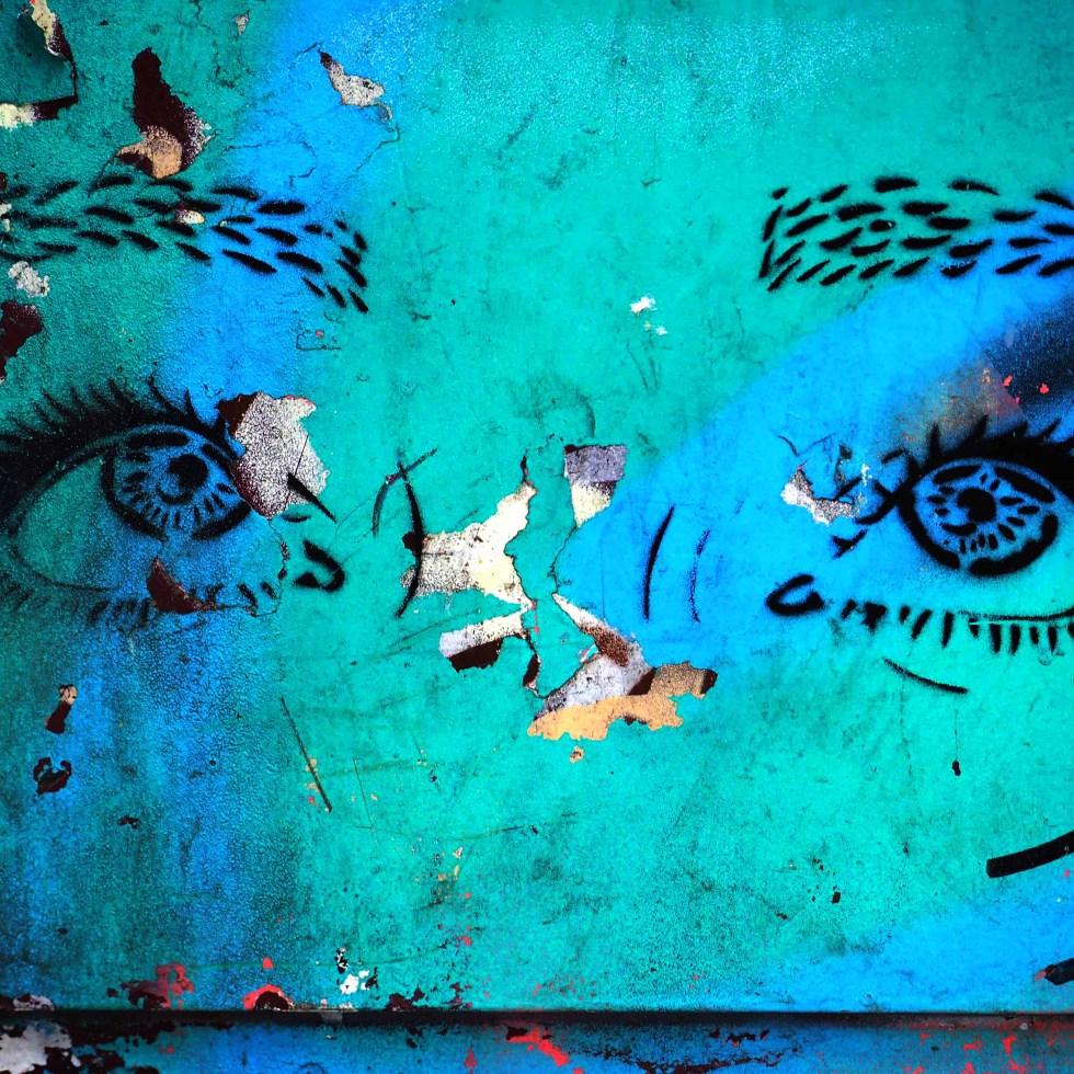 nach oben schauende Augen eines unbekannten Künstlers