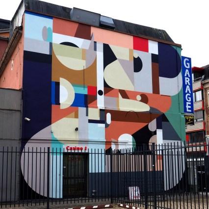riesige geometrische Muster prangen an der Wand