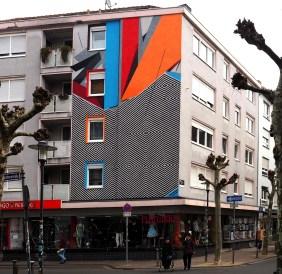 Mural zweigestaltig mit schwarz/weiß und bunten geometrischen Mustern