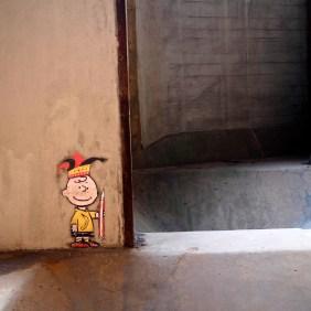 Charly Brown mit Narrenkappe und Bleistift, ein Paste-up von Thomas Baumgärtel