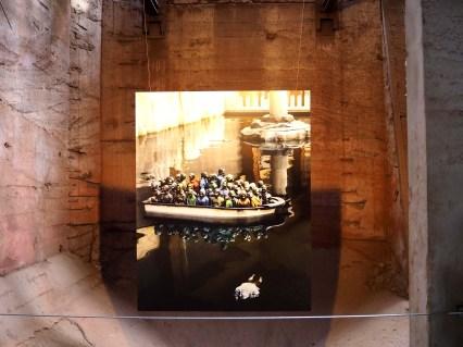 ein Foto zeigt ein überfülltes Rettungsboot und eine Leiche