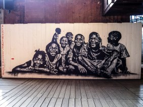 Stencil von Jef Aérosol dass eine Gruppe von Kindern zeigt