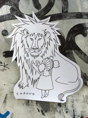 Mädchen mit Löwe