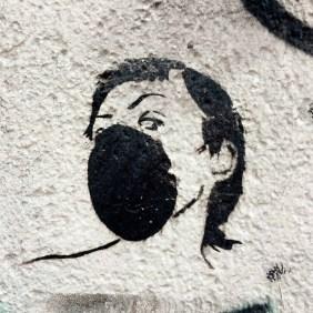 Stencil von einer Frau mit Atemmaske