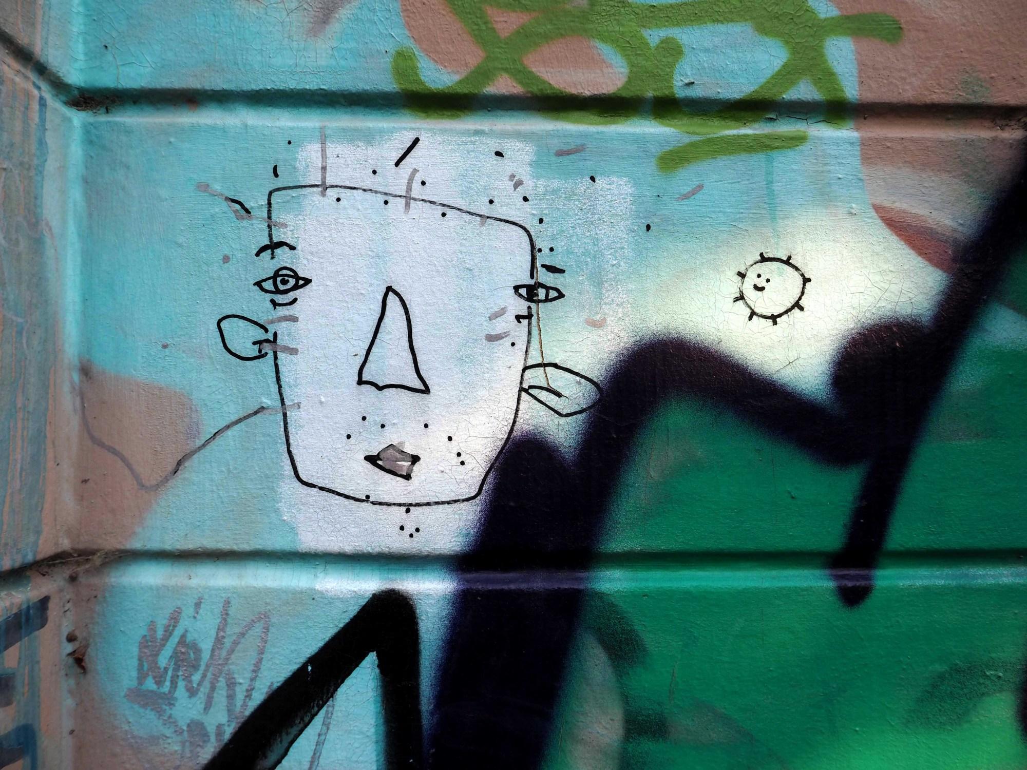 Gerdt zeichnet sein Kartoffeltierchen und daneben ein Gesicht