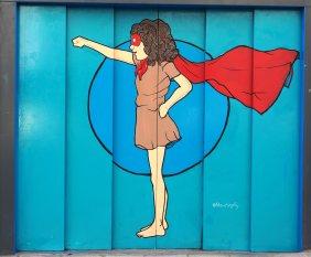 Frauenpower symbolisiert diese Superfrau