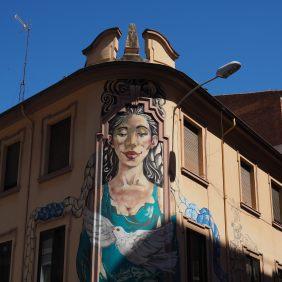 ein Frauenbild schmückt eine Hausecke