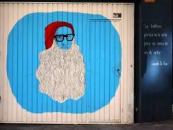 Mann mit roter Mütze und langem weißen Bart vor blauem Hintergrund