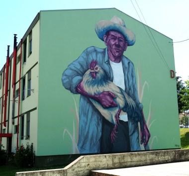 Ein Mann hält einen Hahn
