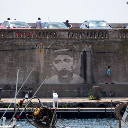 Mann an der Kaimauer
