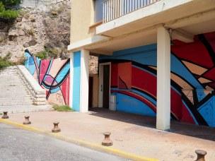 geometrische Muster auf Hauswand am Hang