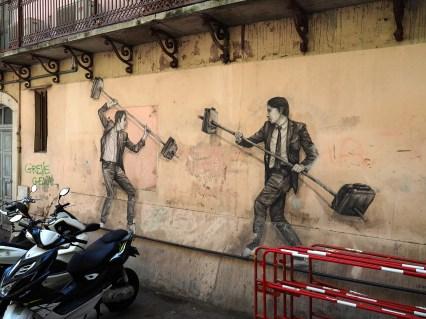 Zwei Männer im Anzug kämpfen mit Hanteln