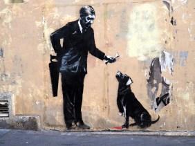 Mann mit Säge und Hund