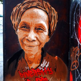 ältere Frau mit Kopftuch