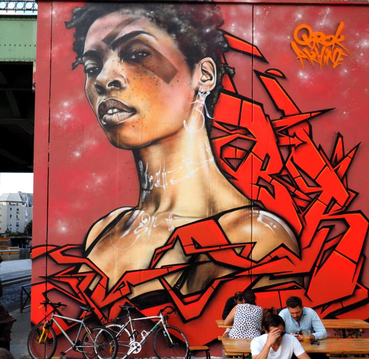 Frau mit rotem Grafitto
