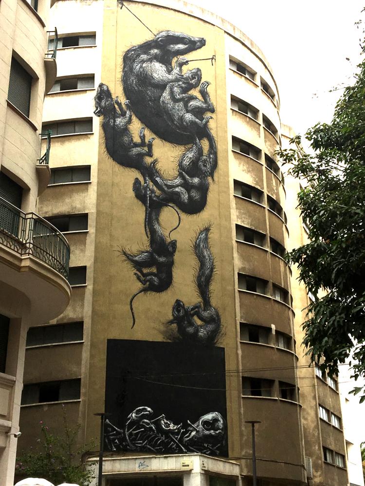 Eichhörnchen, ein Dachs und Ratten erklimmen die Mauer
