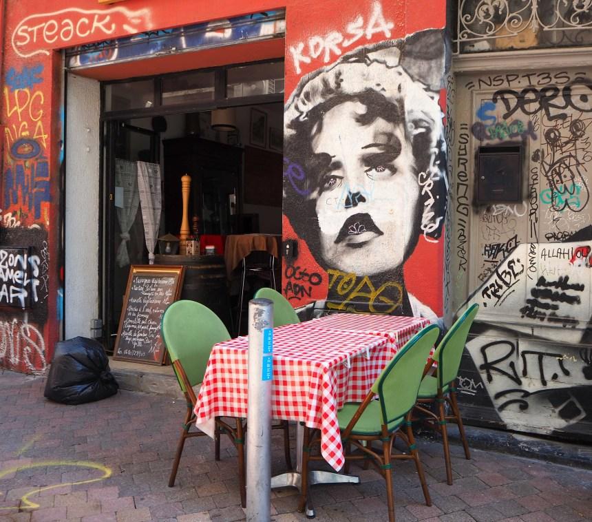 Sängerin vor einem Café