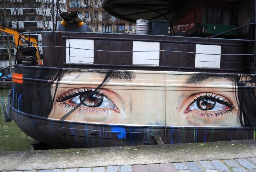 Augen, die vom Boot aus schauen