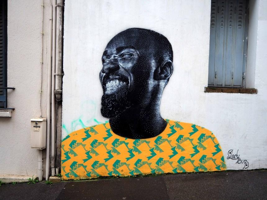 Portrait mit gelbem Shirt