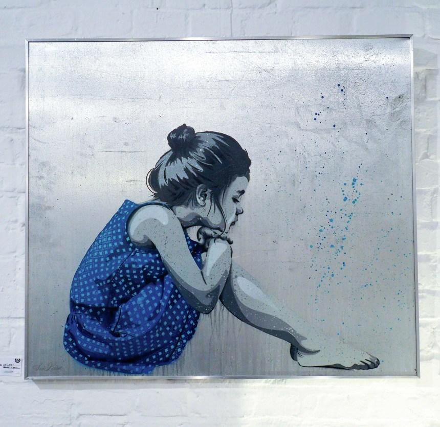 Mädchen mit blauem Kleid