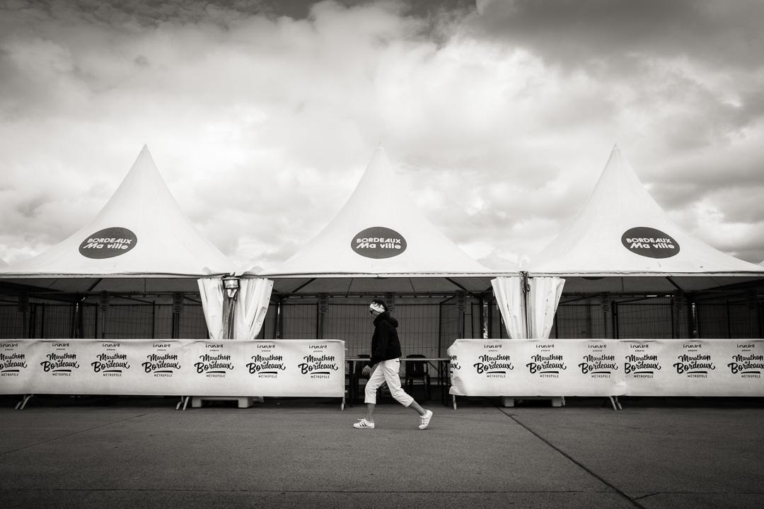 Marathon de Bordeaux 2018. Une femme court devant les stands.