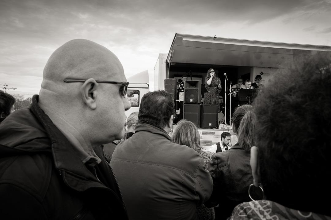 Un homme regarde le concert de Carrement Jazz
