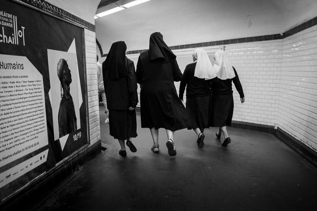 Religieuses dans le métro réalisée en mise au point manuel préréglée.
