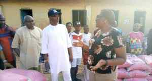 Senator Orji Uzor Kalu Distributes Fertilizers to Constituents 8