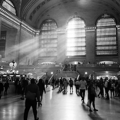 Luz entrando a Grand Central, estacion de tren en Nueva York en blanco y negro