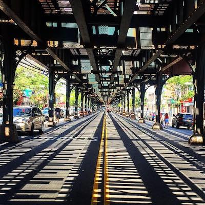 Abajo de Vias elevadas del metro (subway) en Queens