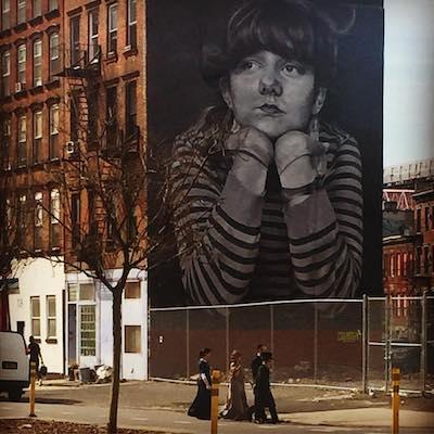 Familia de judios ortodoos con arte callejera en un tour de contrastes a pie en Brooklyn