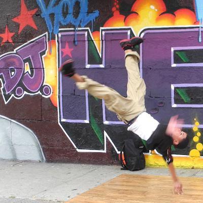 Breakdancer en un tour de contrastes en el Bronx